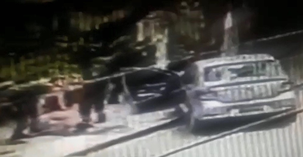 Segurando criança e com arma na mão, homem rouba carro, bate em poste e é preso em flagrante; veja vídeo