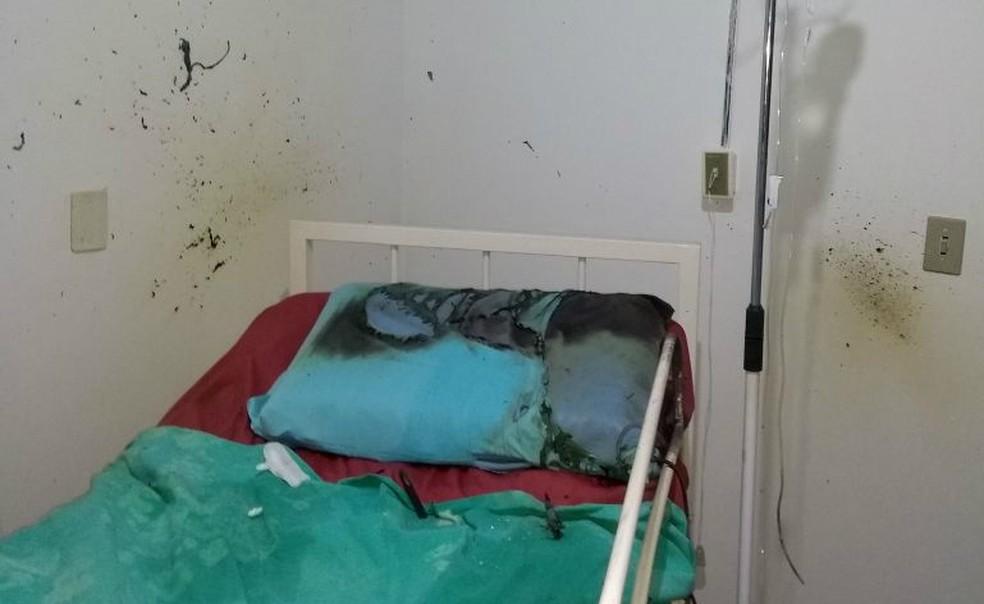 Com a explosão, o fogo se espalhou pela cama onde o paciente estava deitado; idoso teve queimaduras leves (Foto: Bombeiros Comunitários de Capitão Leônidas Marques/Divulgação)