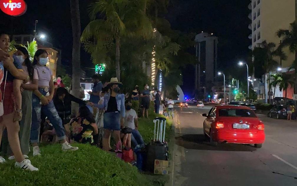 Turistas deixam hotel em Acapulco, estado de Guerrero, após terremoto — Foto: Francisco Robles/AFP