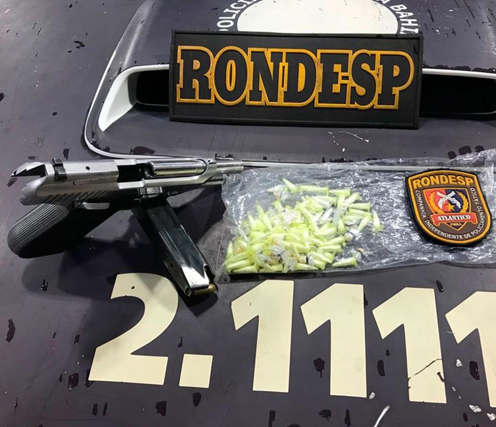 Com o homem morto, a polícia disse ter encontrado com uma pistola calibre 380, 80 pinos de cocaína e 26 pedras de crack. (Foto: Divulgação/PMBA)