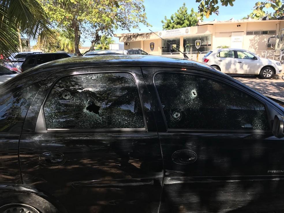 Carro foi utilizado pelos suspeitos durante a perseguição da polícia em Parnamirim (Foto: Kleber Teixeira/Inter TV Cabugi)