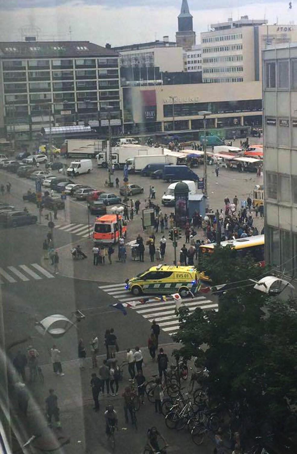 Praça central de Turku, onde ocorreu o ataque (Foto: Facebook via AP)