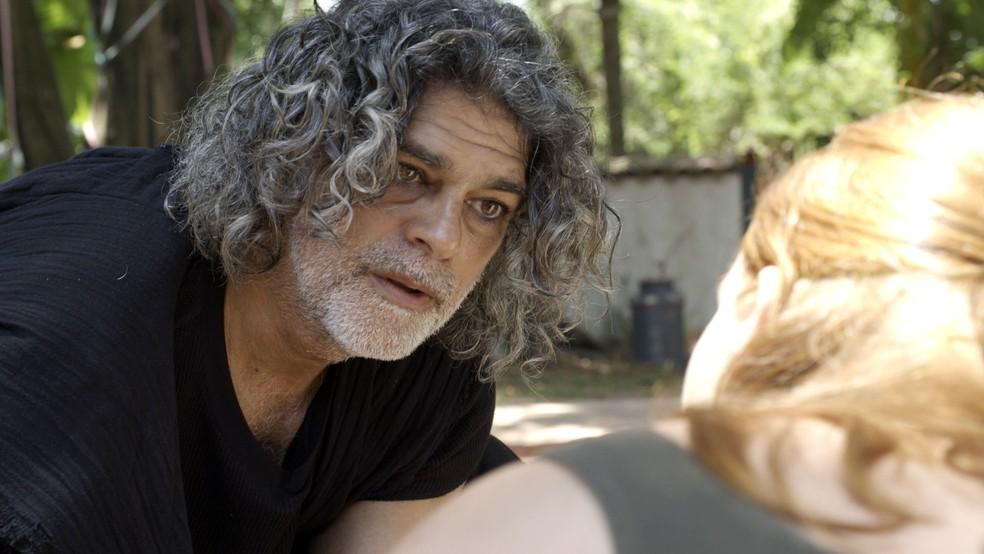 León humano (Eduardo Moscovis) se esquiva de dar explicações a Luz (Marina Ruy Barbosa), na novela 'O Sétimo Guardião' — Foto: TV Globo
