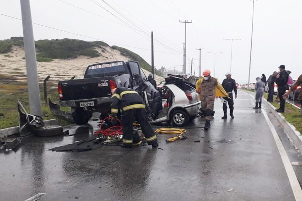 Corpo foi retirado do carro com ajuda de socorristas do Corpo de Bombeiros e do Serviço de Atendimento Móvel de Urgência (SAMU) — Foto: Klênyo Galvão/Inter TV Cabugi