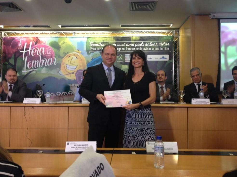 O ministro da saúde, Ricardo Barros, ao lado de Liége Gautério (Foto: Raquel Morais/G1)
