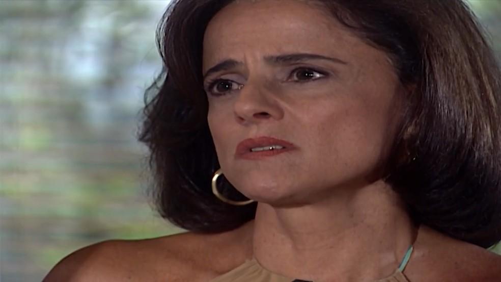 Alma (Marieta Severo) tenta acalmar Danilo (Alexandre Borges), em 'Laços de Família' — Foto: TV Globo