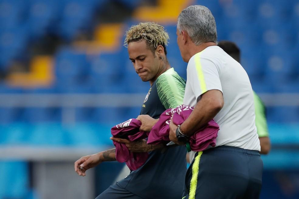 Tite e Neymar no treino: técnico confia em bom nível do camisa 10 na estreia (Foto: Pedro Martins / MoWa Press)