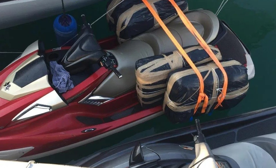 Jt ski 'equipado' com pacotes contendo maconha