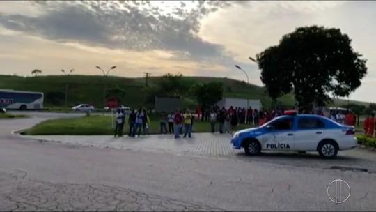 Petroleiros realizam protesto em frente ao terminal da Petrobras no RJ