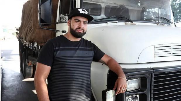 Lucas Eduardo Mendes e o caminhão de 46 anos: sem crédito, não dá para trocar por um mais novo (Foto: Estadão Conteúdo)