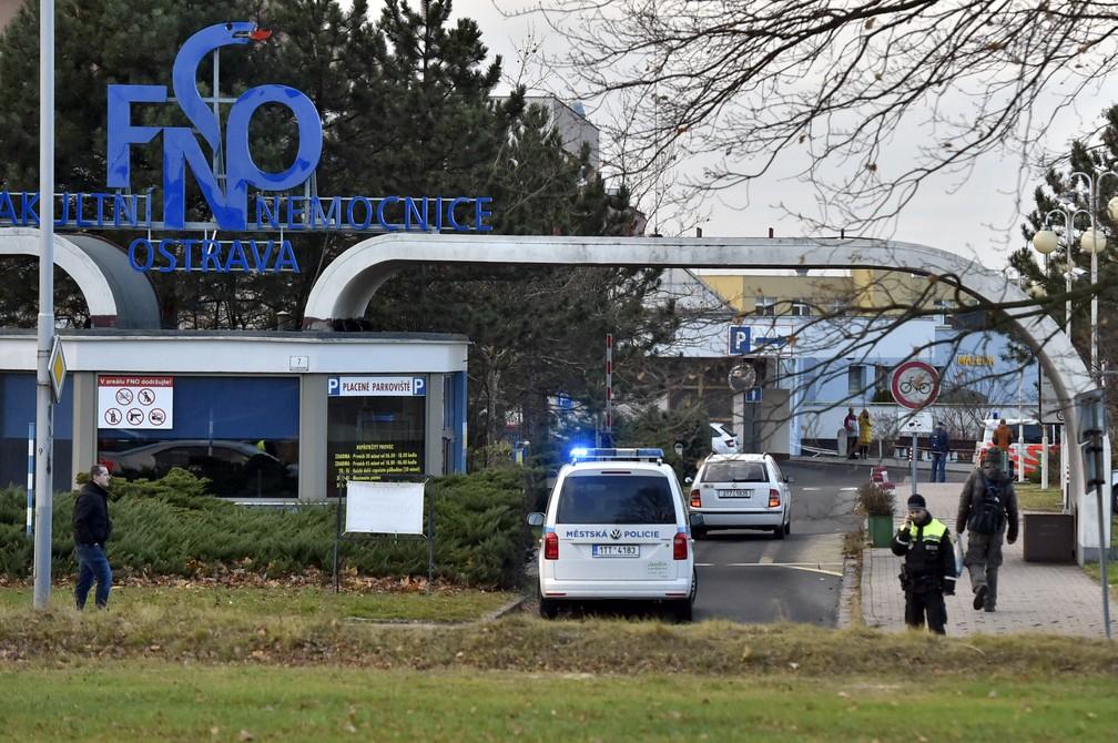 Carro de polícia entra no hospital universitário em Ostrava, na República Tcheca — Foto: Jaroslav Ozana/AP