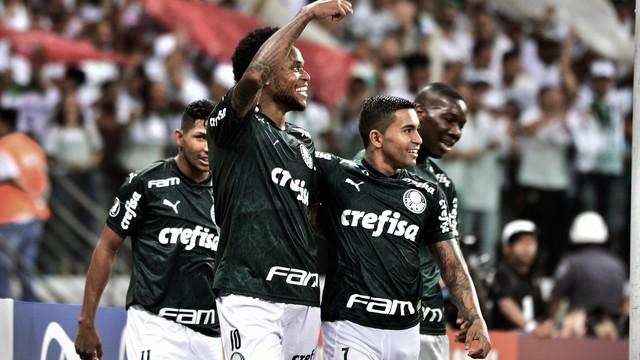 Luiz Adriano abraça Dudu, garçom em dois dos três gols do atacante