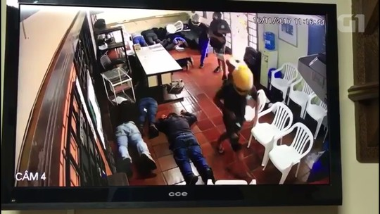 Grupo invade e assalta consulado do Paraguai em Foz do Iguaçu