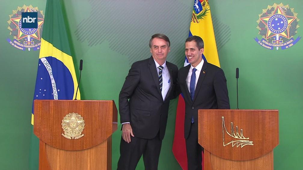 O presidente Jair Bolsonaro e o autodeclarado presidente interino da Venezuela, Juan Guaidó, após pronunciamento no Planalto — Foto: Reprodução/TV