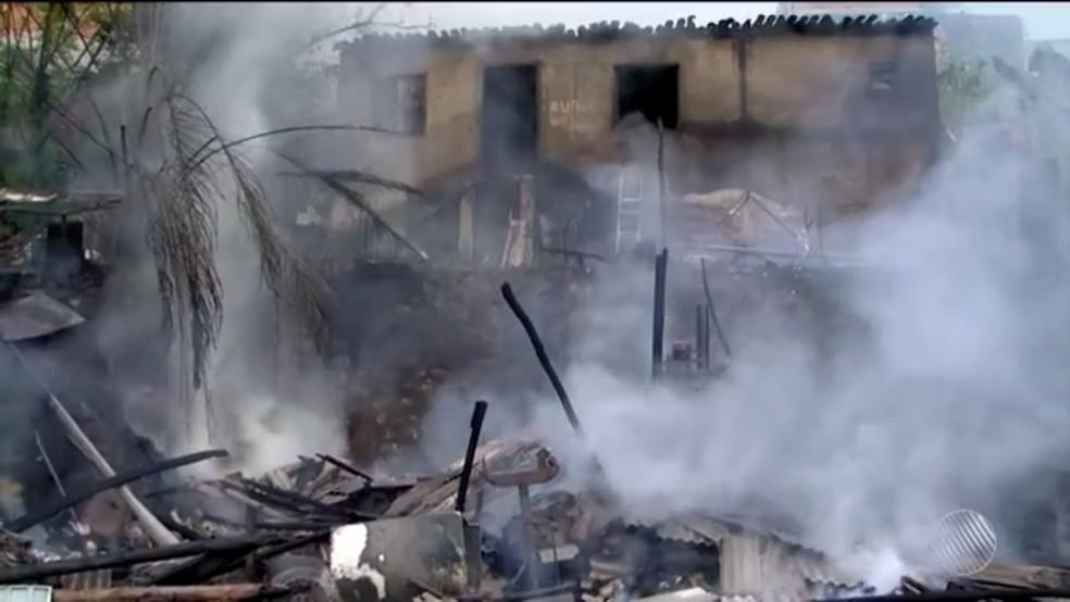 Incêndio destruiu casa na Bahia (Foto: Reprodução/TV Santa Cruz)