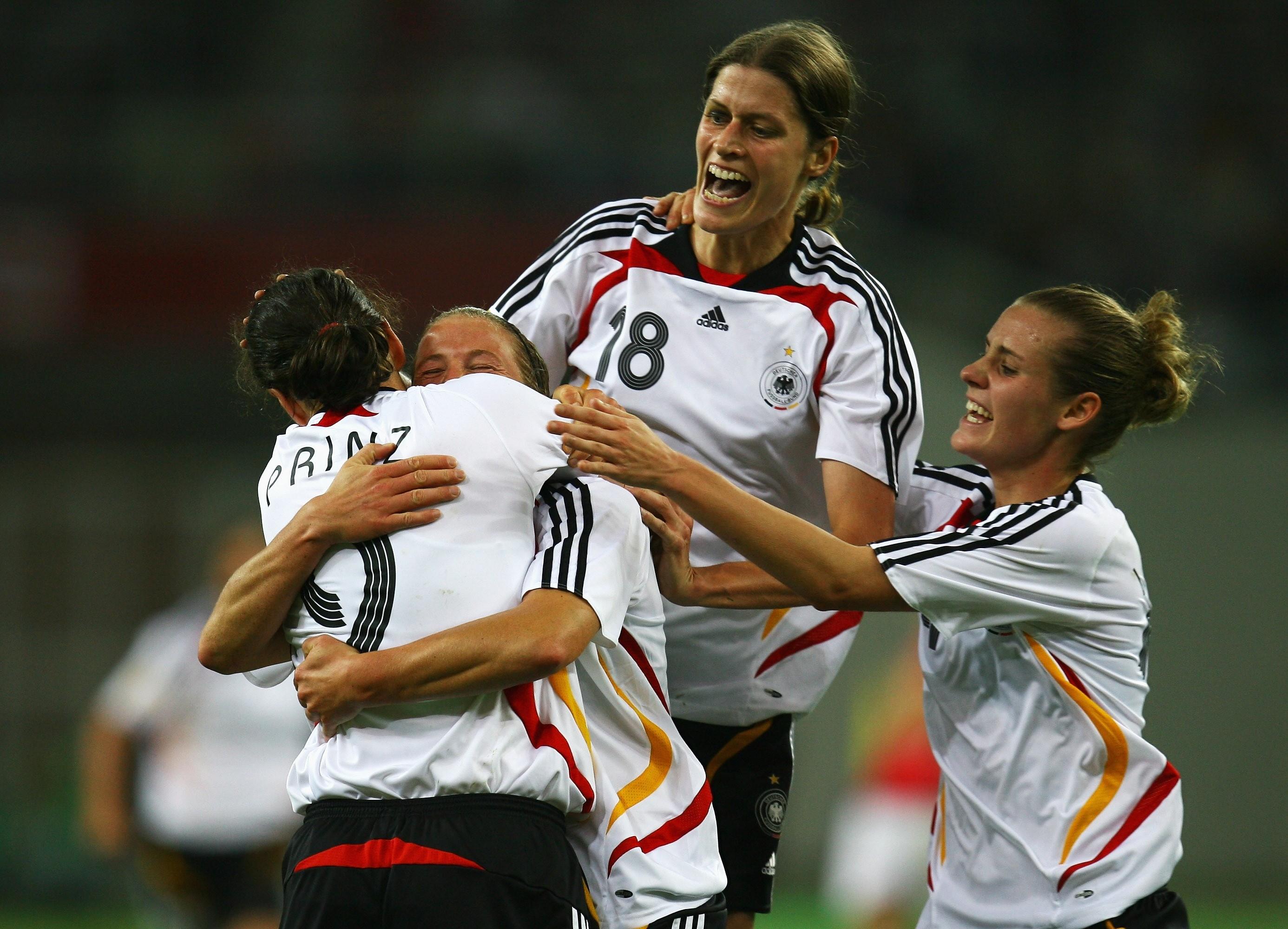 Birgit Prinz, Kerstin Stegemann, Kerstin Garefrekes e Simone Laudehr: jogadoras alemãs durante semifinal da Copa do Mundo de Futebol Feminino contra a Noruega; As alemãs terminaram o torneio como campeãs  (Foto: Foto: Getty Images)