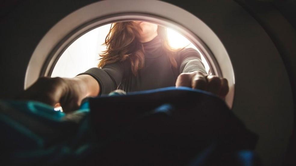 Cada tipo de máquina de lavar utilizada solta uma quantidade diferente de microfibras sintéticas. — Foto: Getty Images/Via BBC