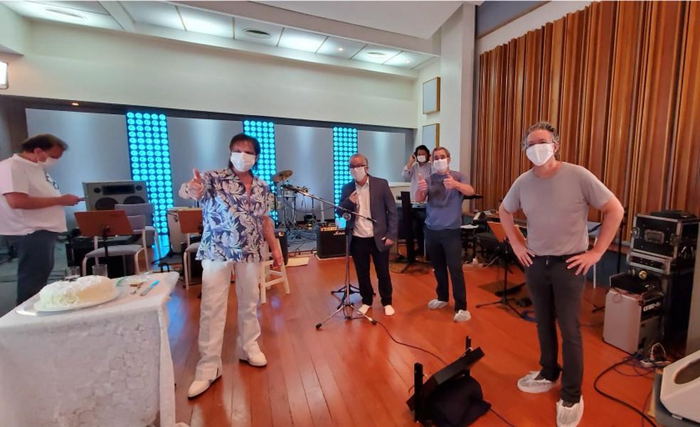 Músicos protegidos com máscaras no ensaio para a primeira live de Roberto Carlos, no dia de seu aniversário — Foto: Reprodução/Instagram