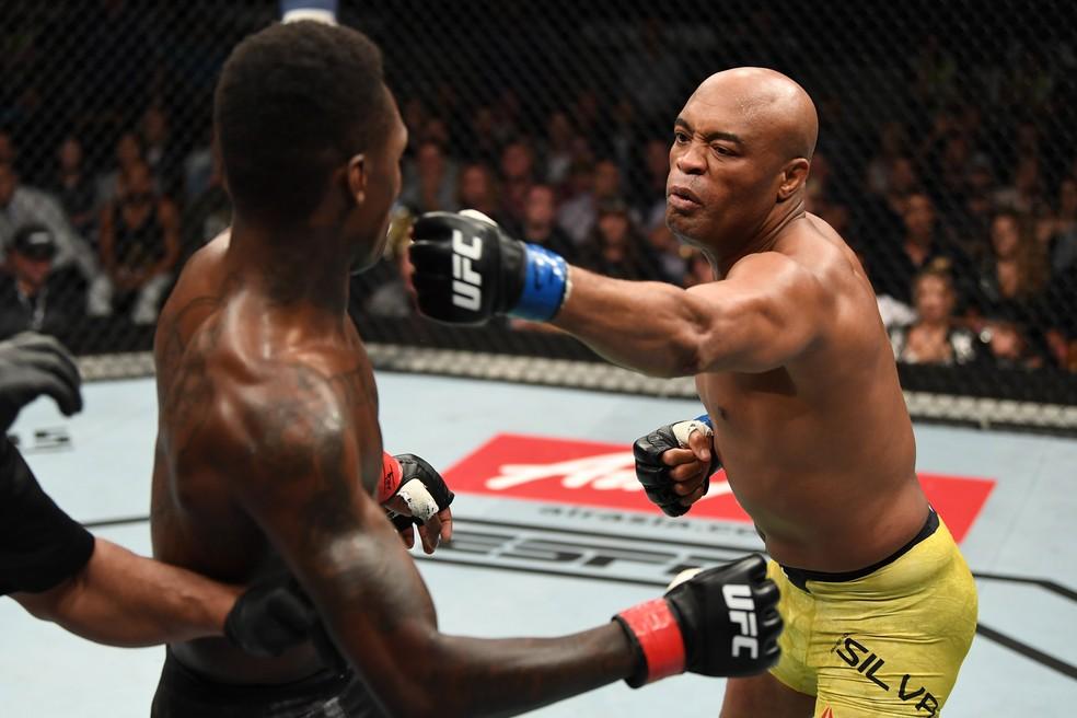Anderson Silva surpreendeu Israel Adesanya com um jab rápido no segundo round — Foto: Getty Images