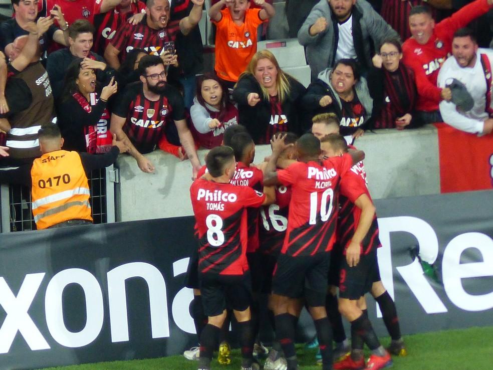 Bruno Guimarães fez o sétimo gol pelo Furacão e comemorou com a torcida — Foto: Monique Silva