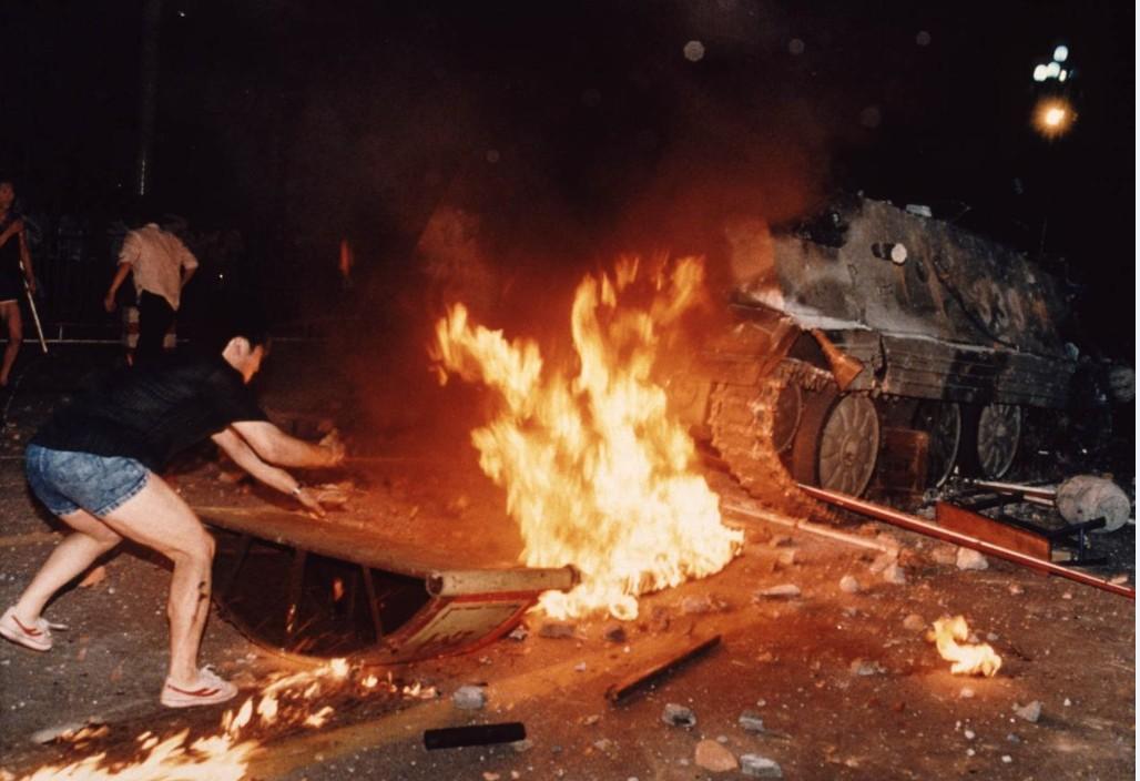 Manifestantes tentam impedir passagem de tanque durante os protestos de Pequim em 1989