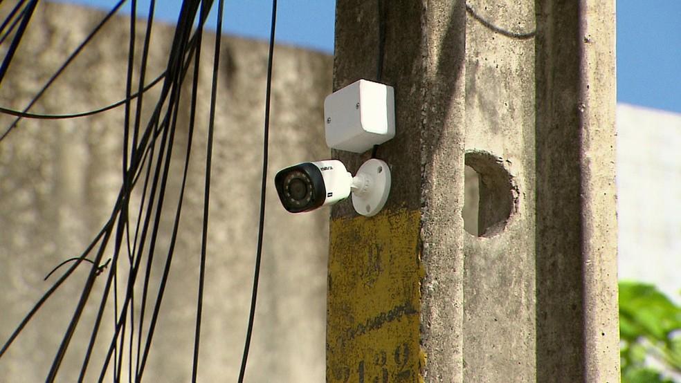 Câmeras apontam para becos da comunidade, na Zona Sul do Recife; polícia afirma que são ilegais (Foto: Reprodução/TV Globo)