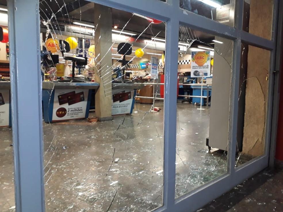 Supermercados, lojas e restaurantes foram depredados — Foto: Hélder Almeida