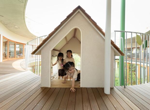 As casinhas suspensas nas sacadas garantem a diversão das crianças (Foto: MAMM Design/ Divulgação)