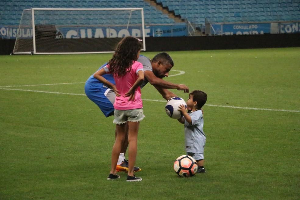 Tranquilidade em família: Léo Moura levou os filhos Isabella e Lucca ao treino nesta segunda-feira (Foto: Eduardo Deconto)