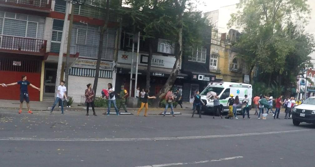 Moradores fizeram corrente nas ruas em socorro às vítimas na Cidade do México (Foto: Carlos Sandoval/Mayke Moraes/@soumochileiro)