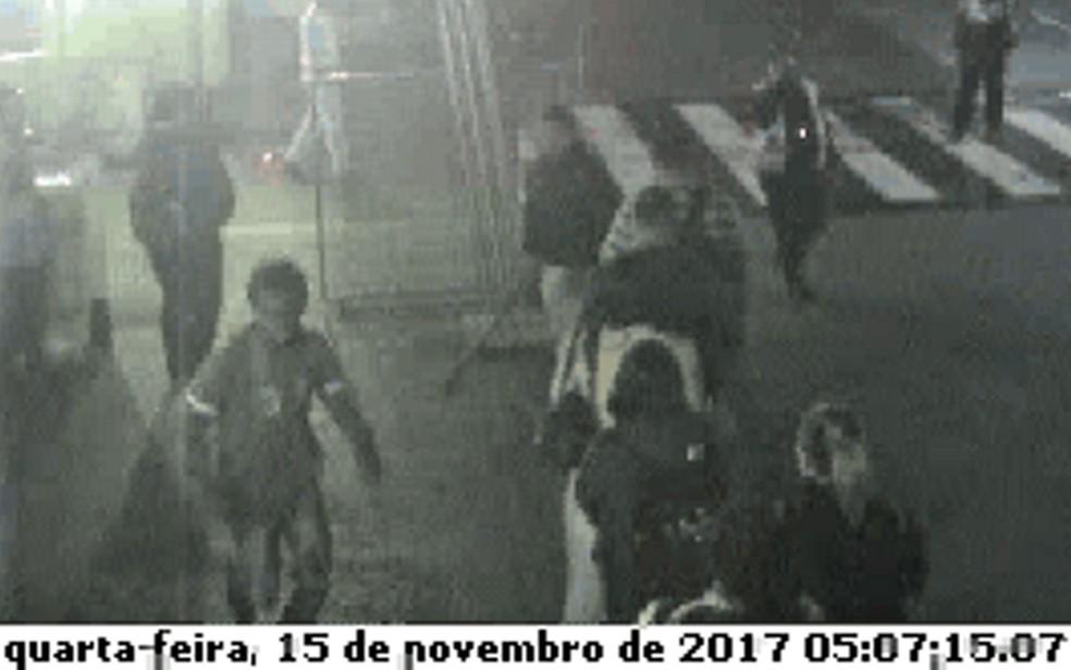 DIogo Cintra (à esquerda) corre de um homem com um porrete na mão (no meio) e um homem com jaleco amarelo (à direita, no alto) (Foto: Reprodução/Câmeras de segurança)