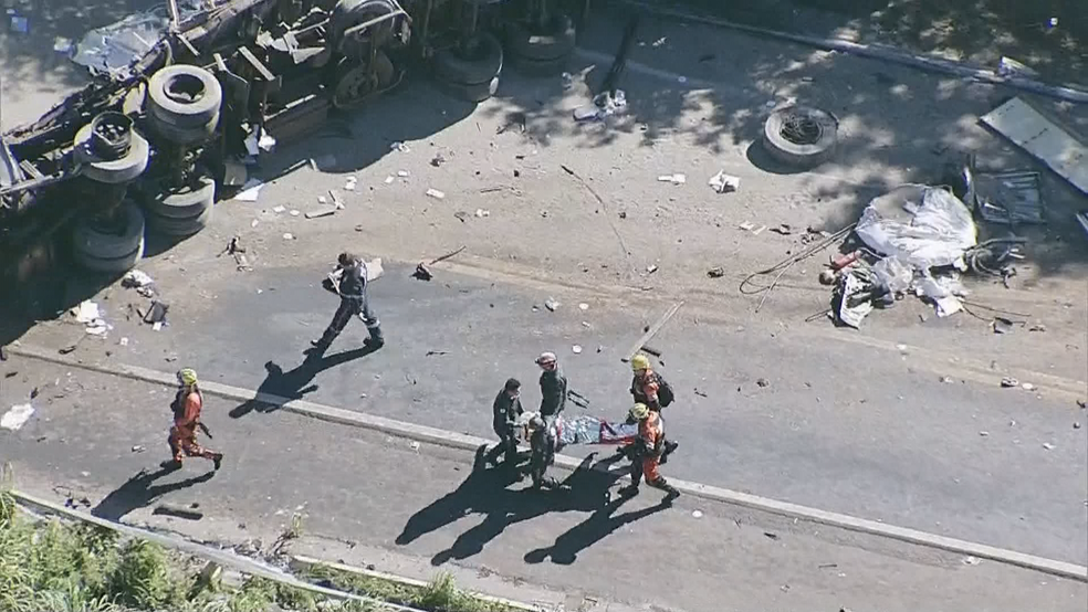 Bombeiros resgatam vítima de acidente na BR-020, no Entorno do DF (Foto: TV Globo/Reprodução)