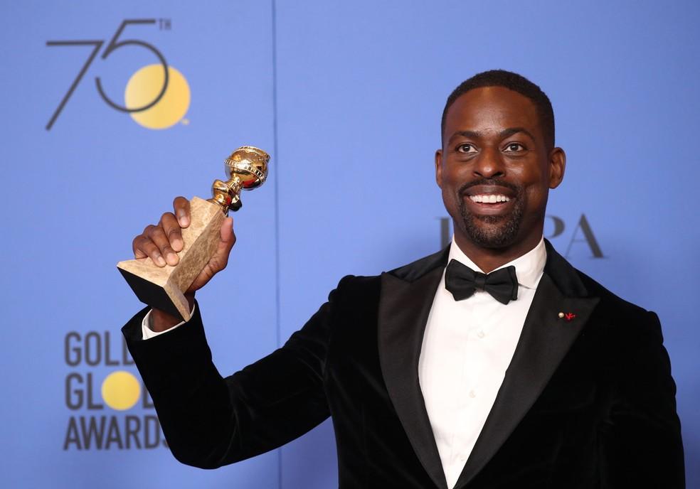 Sterling K. Brown mostra o Globo de Ouro de melhor ator em série de drama pelo trabalho em 'This is us' (Foto: Lucy Nicholson/Reuters)