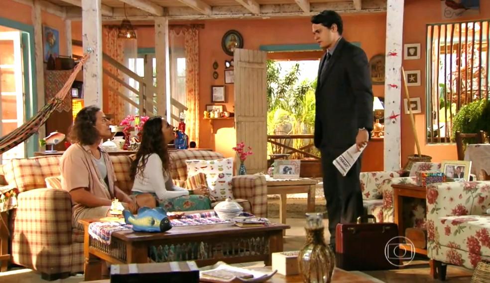 Hélio (Raphael Vianna) mente para os pais e se faz de ofendido por suspeitarem dele - 'Flor do Caribe' — Foto: Globo