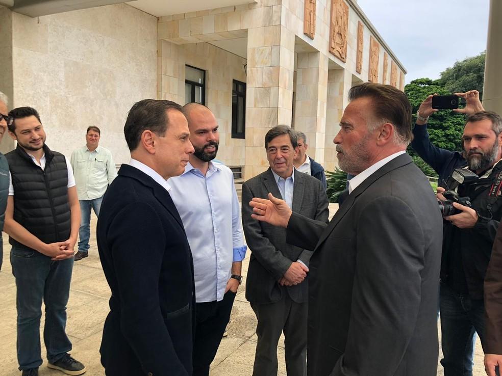 Prefeito Bruno Covas participa de encontro com João Doria e Arnold Schwarzenegger no Palácio dos Bandeirantes, em SP — Foto: Reprodução/Governo SP