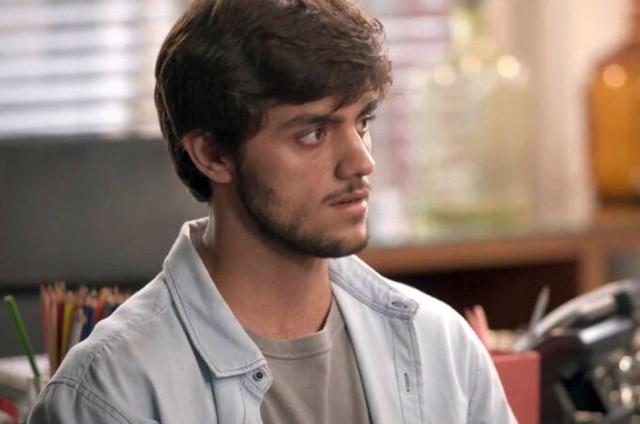 Felipe Simas é Jonatas em 'Totalmente demais' (Foto: TV Globo)