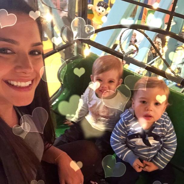Thais com os filhos (Foto: Instagram/Reprodução)