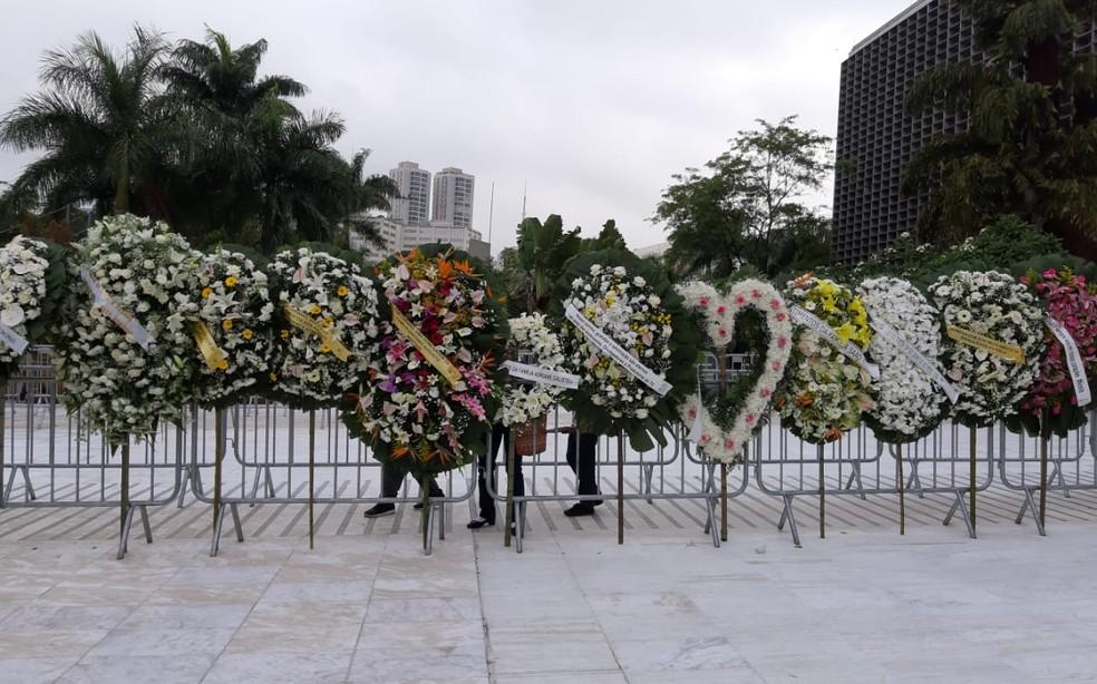Coroas de flores em homenagem a Gugu são colocadas do lado de fora da Alesp, onde caixão com corpo do apresentador é velado. Não há mais espaço dentro do salão para acomodar novas coroas que chegaram. — Foto: Marília Neves/G1