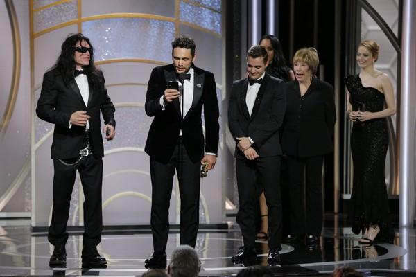 O ator James Franco recebendo seu troféu na cerimônia do Globo de Ouro 2018 (Foto: Getty Images)
