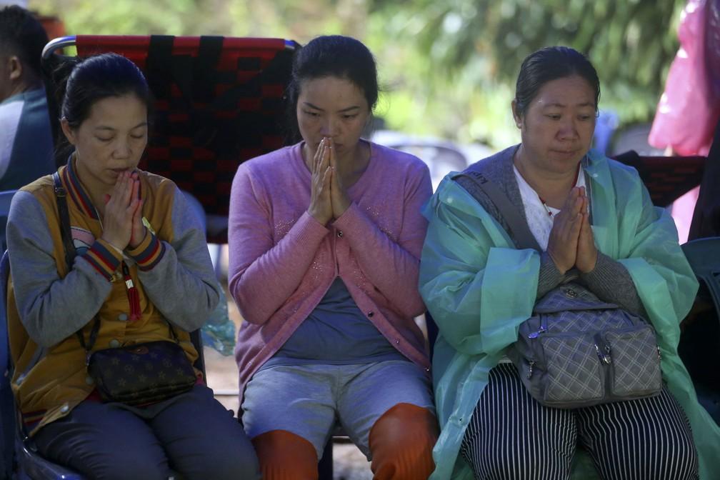 Familiares de jovens presos em caverna na Tailândia rezam nesta quinta-feira (27)  (Foto: AP Photo/Sakchai Lalit)