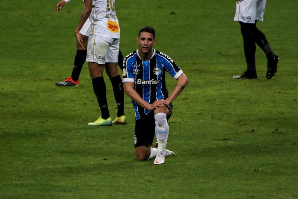 Thiago Neves após gol perdido pelo Grêmio contra o Sport — Foto: Lucas Bubols/ge