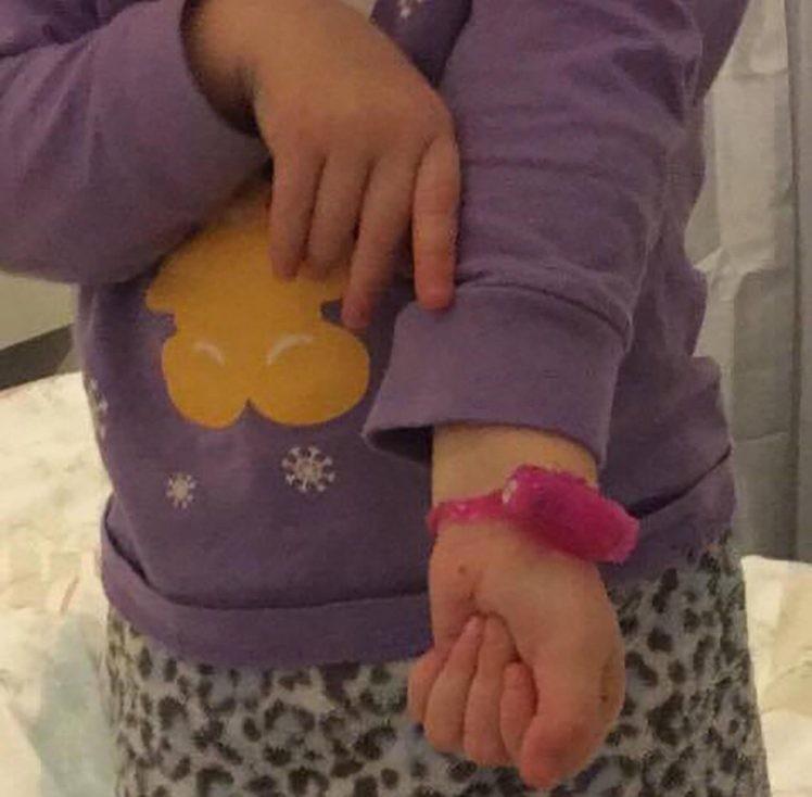 Menina de 2 anos usa brinquedo sexual como se fosse relógio