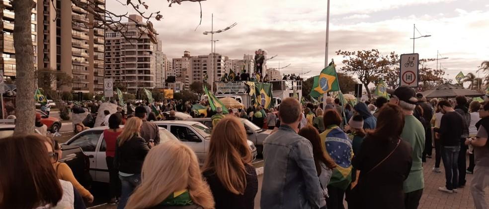 Manifestantes estão concentrados na avenida Beira-mar Norte em Florianópolis — Foto: Ricardo Von Dorff/NSC TV