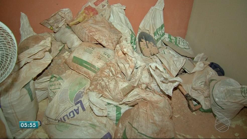 Sacos com terra e ferramentas usadas para a escavação do túnel foram encontrados na casa (Foto: TV Centro América)