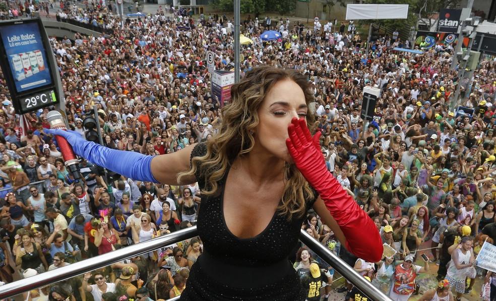 A cantora Daniela Mercury se apresenta com seu bloco