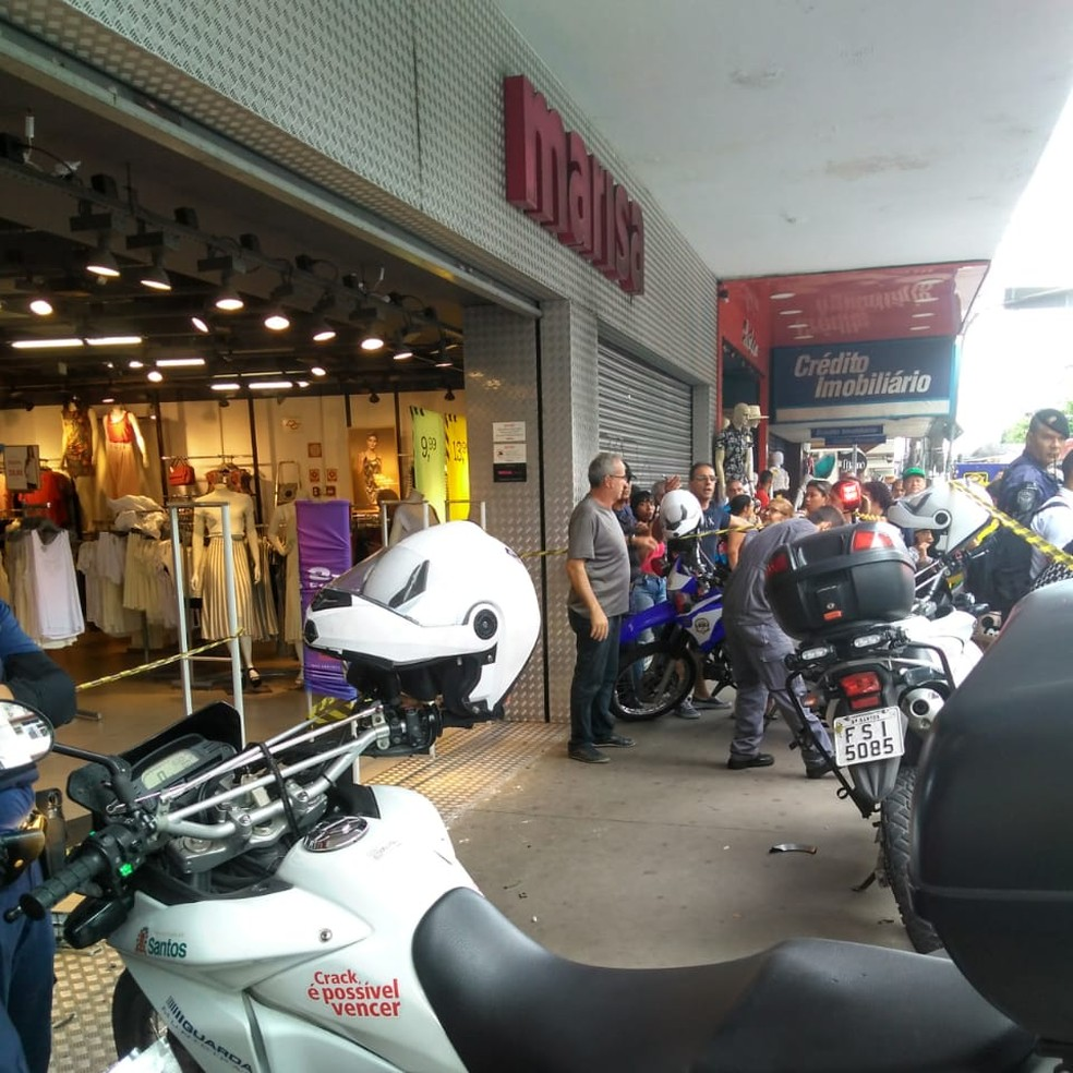 Carro invade loja Marisa e atinge duas pessoas, no Centro de Santos — Foto: Carlos Eduardo da Hora
