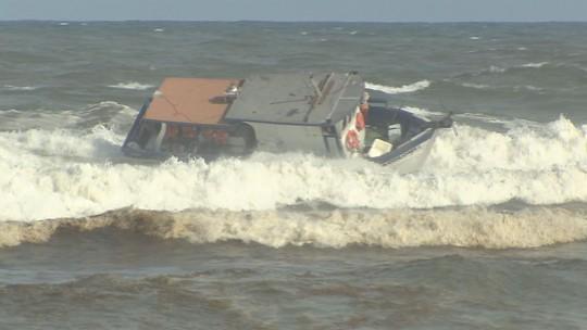 Cinegrafista registra onda atingindo e quase virando barco em SP; assista