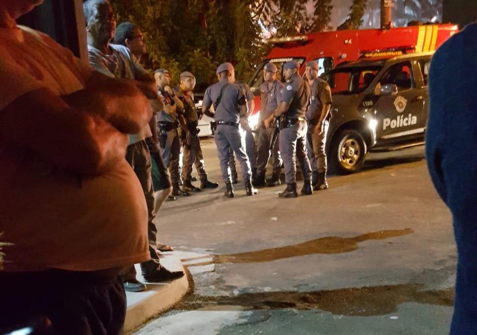 Movimentação de policiais militares após o crime em condomínio de Campinas (SP) na noite desta terça (9) — Foto: Arquivo pessoal