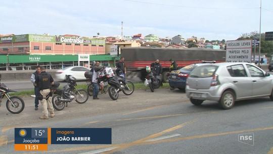 Fiscalização educativa na BR-101 distribui antenas corta-linha a motociclistas na Grande Florianópolis