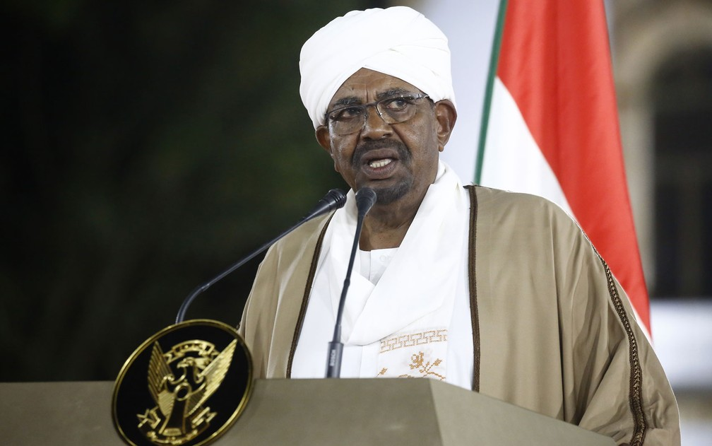 Omar al-Bashir, presidente sudanês, em imagem de arquivo — Foto: Ashraf Shazly/AFP